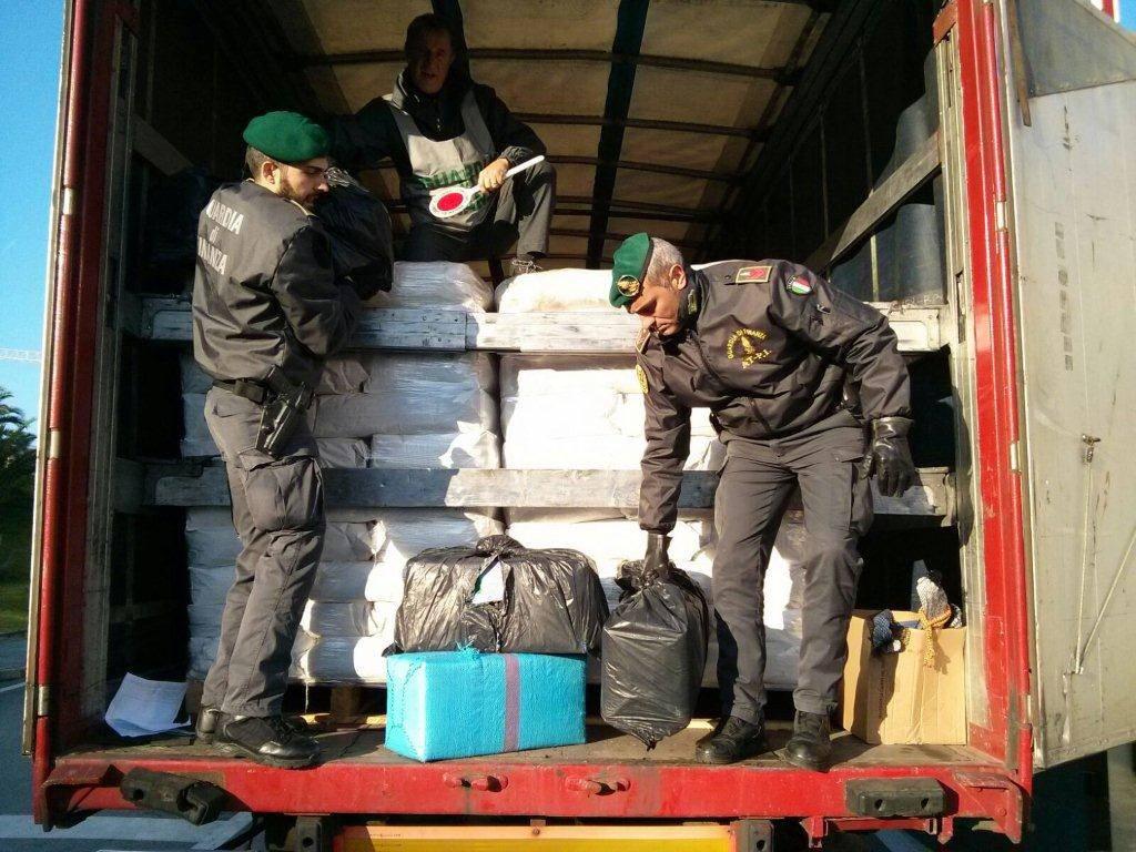 Savona, due milioni di euro di hashish sequestrati dalla Guardia di Finanza in porto
