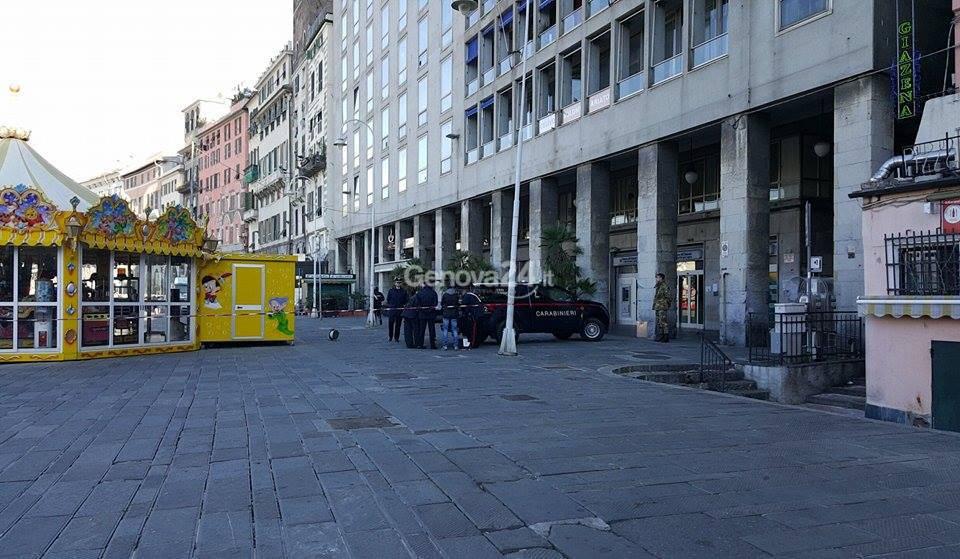 Allarme bomba in piazza Caricamento