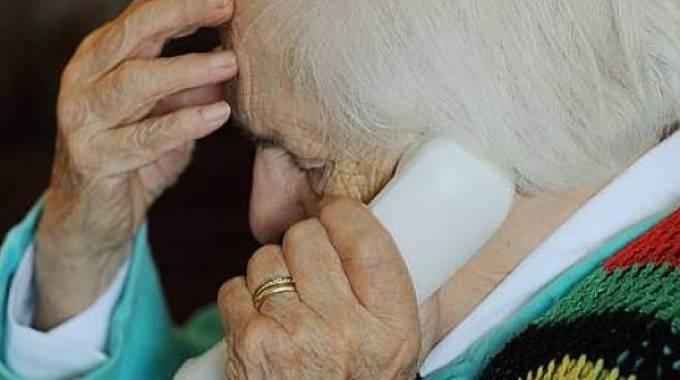 anziano telefono truffa