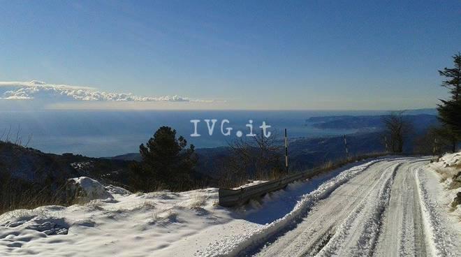 """La neve """"vista"""" mare dal rifugio sul Monte Beigua"""