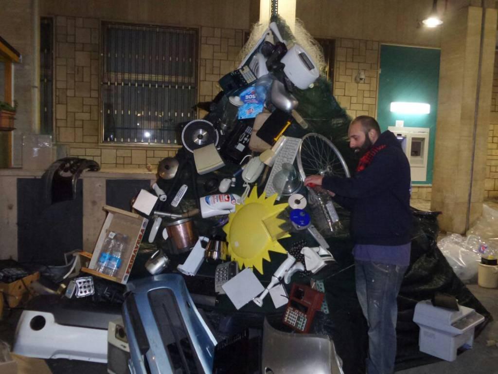 """A Loano un albero di Natale """"riciclato"""""""