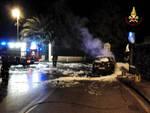 Auto in fiamme, vigili del fuoco al lavoro