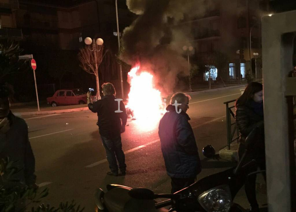 Ceriale, moto scontra auto e prende fuoco