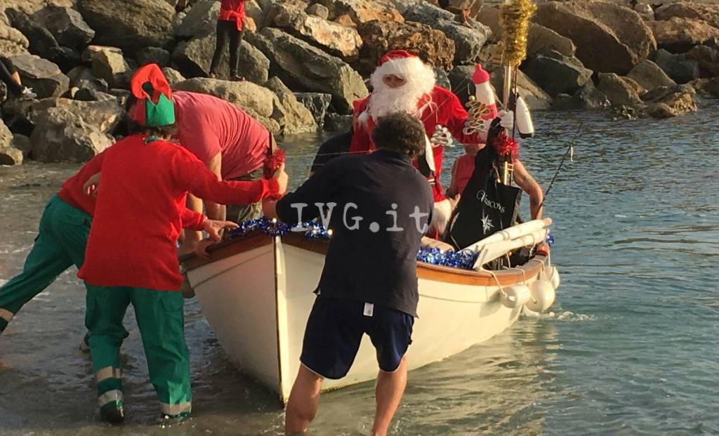 Dalla slitta alla barca: a Varigotti Babbo Natale arriva dal mare
