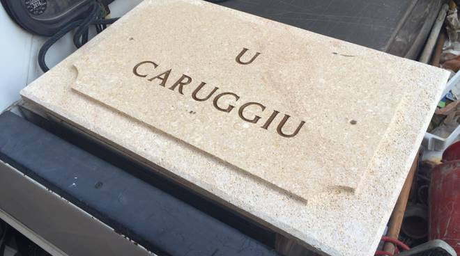 """Due targhe per il """"caruggiu"""" di Loano"""