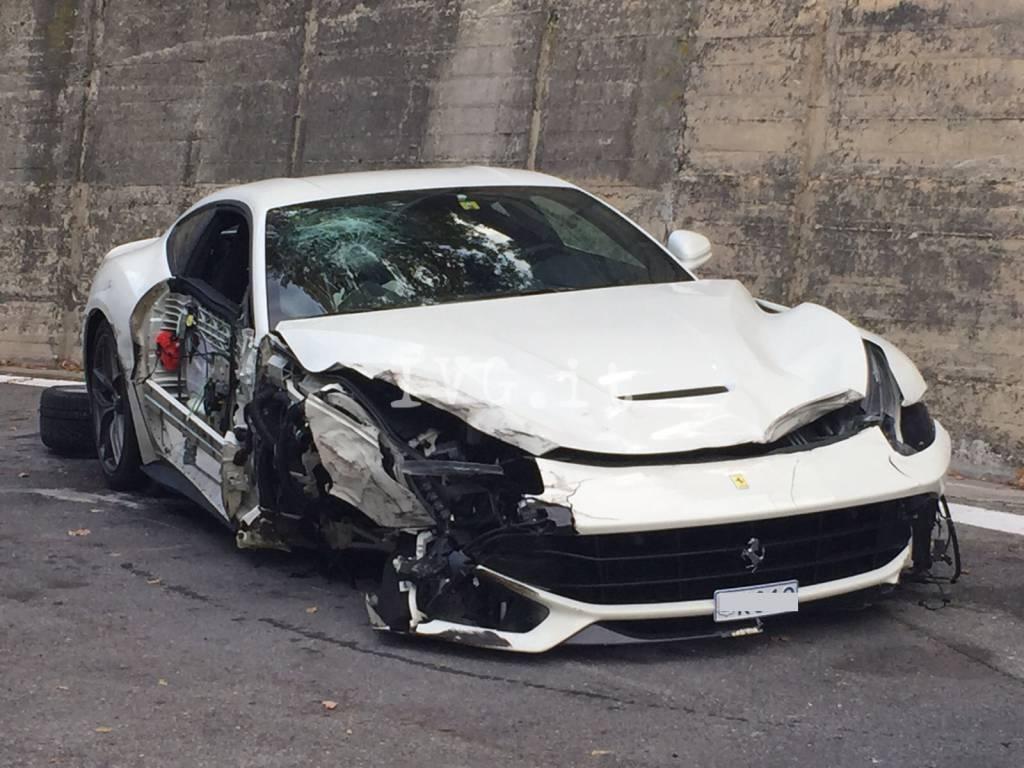 Incidente sulla A10, Ferrari sotto un camion