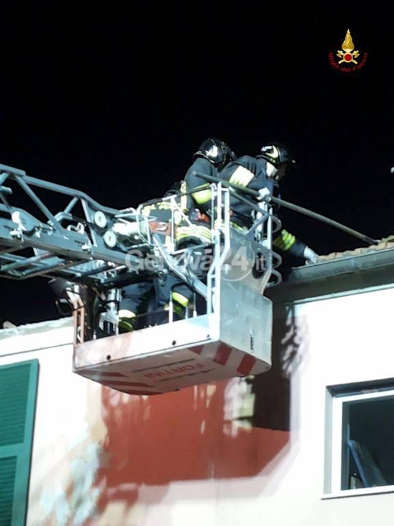 Scoppio a Serra Ricco, tetto di una palazzina distrutto: l'intervento dei vigili del fuoco