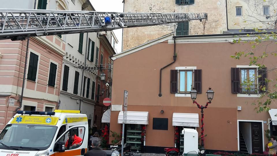 Anziano cade in casa ad Alassio: spettacolare intervento dei vigili del fuoco