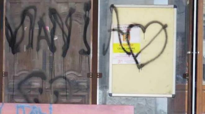 atto vandalico altare
