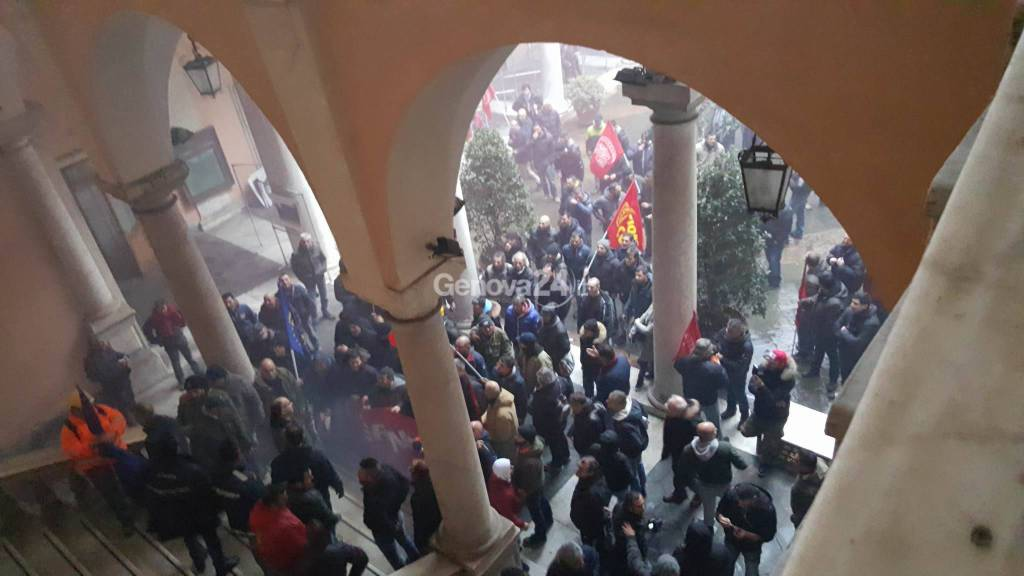 I lavoratori dell'Ilva occupano palazzo Tursi