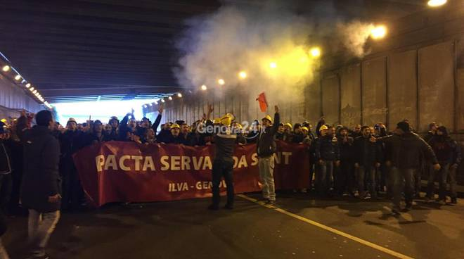 In piazza a Genova oltre mille lavoratori Ilva: no agli esuberi