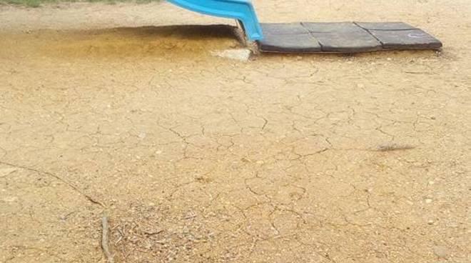 """Loano, le mamme protestano per le condizioni dell'area giochi del parco """"Leone-Grossi"""""""