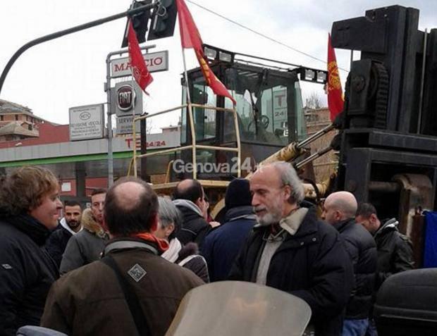 Marco Ferrando (Pcl) in piazza con i lavoratori dell'Ilva