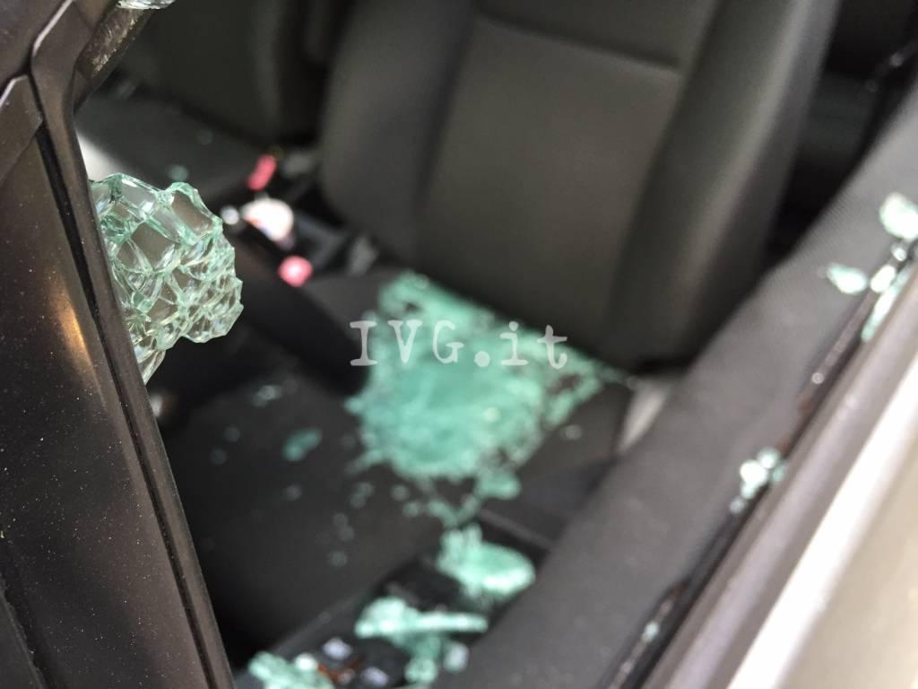 auto svaligiata furto spaccata