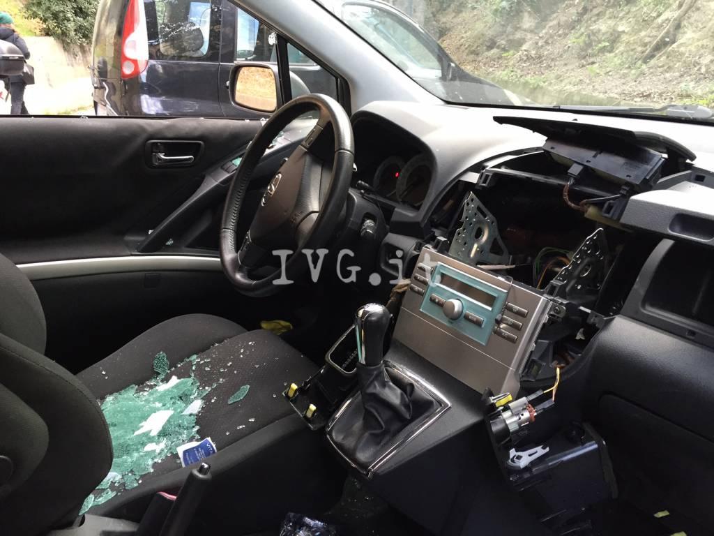 Savona, auto svaligiata a Villapiana
