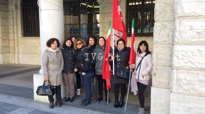 Gli addetti alle pulizie del municipio protestano in piazza Sisto a Savona