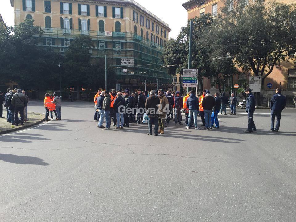 I lavoratori di Iren e Aster bloccano piazza Corvetto