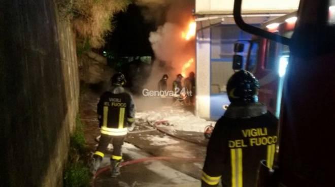 Incendio a Chiavari, vigili del fuoco al lavoro