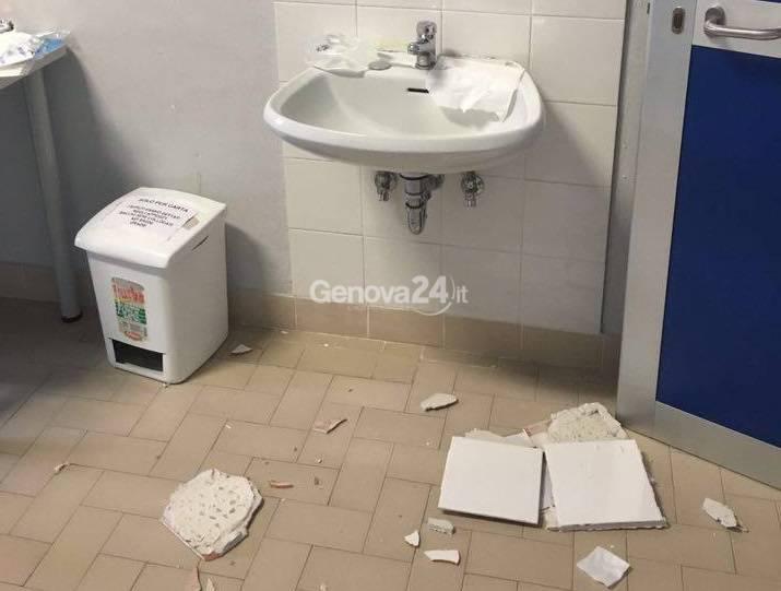 Piastrelle e intonaco crollati nel bagno del Gaslini