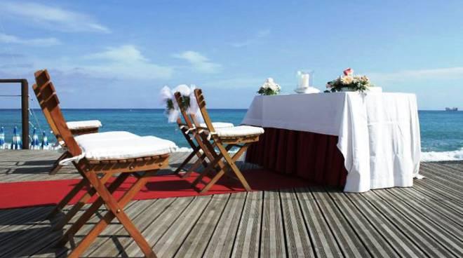 Matrimonio Spiaggia Rito Civile : Albisola superiore i matrimoni sulla spiaggia diventano