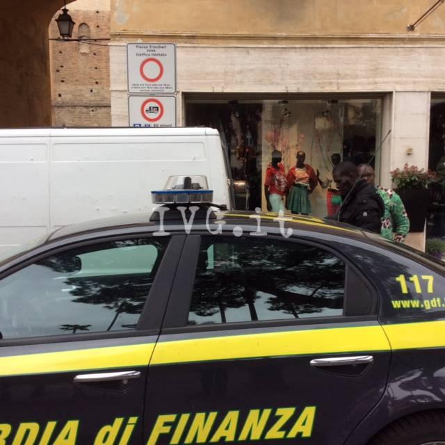 Albenga, controlli della finanza in centro