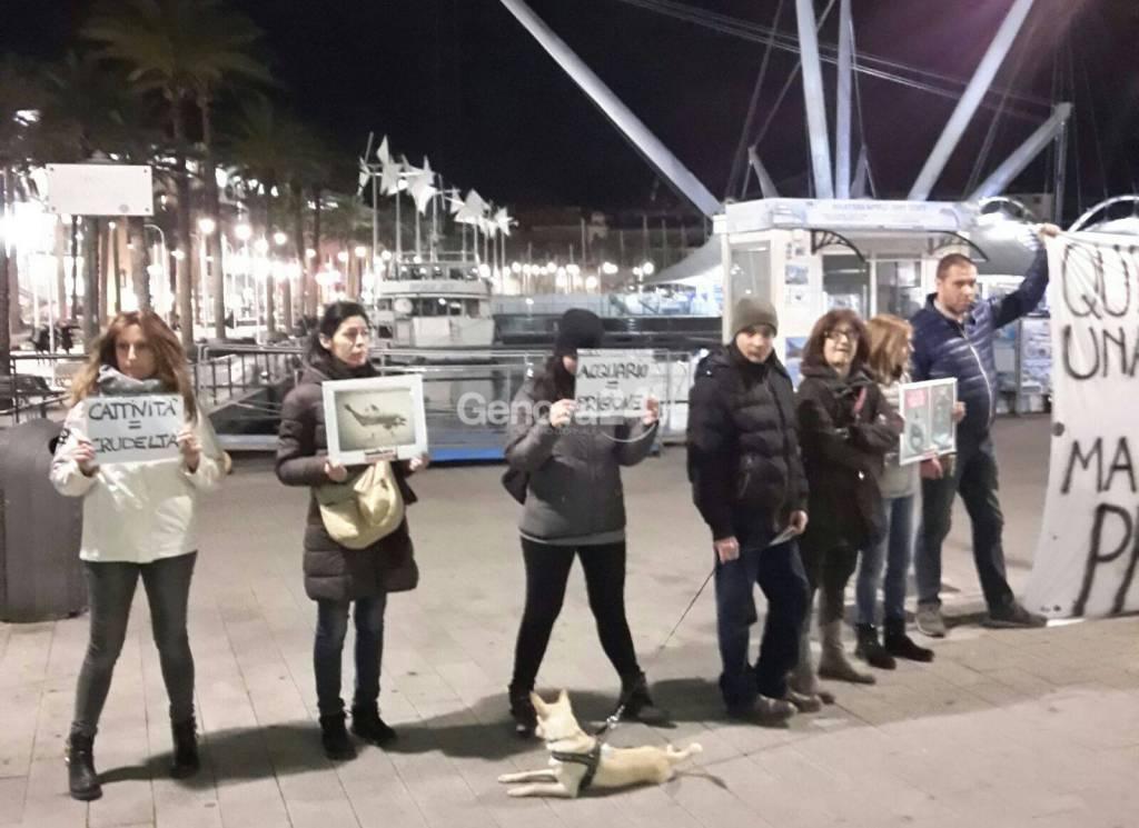 Animalisti, protesta davanti all'acquario di Genova in occasione della Fashion Night