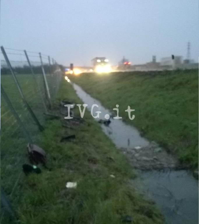 Auto colpita da una lastra caduta da un furgone sull'autostrada