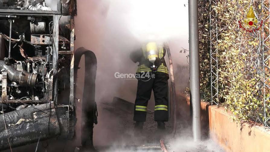 Autobus distrutto dalle fiamme agli Erzelli