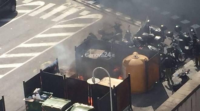 Cassonetti in fiamme in piazza Caricamento