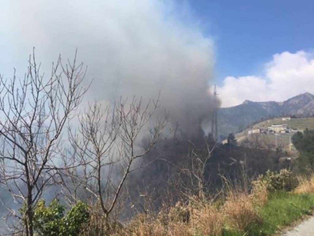 Incendio sulle alture di Arenzano (Foto di Paolo Quezzi)