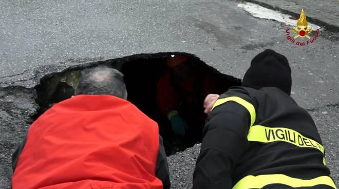 Tragedia a Genova, anziano cade in una voragine e muore