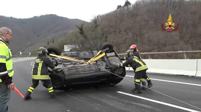 auto ribaltata vigili del fuoco a6