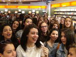 Fan in delirio alla Feltrinelli per Lorenzo Fragola