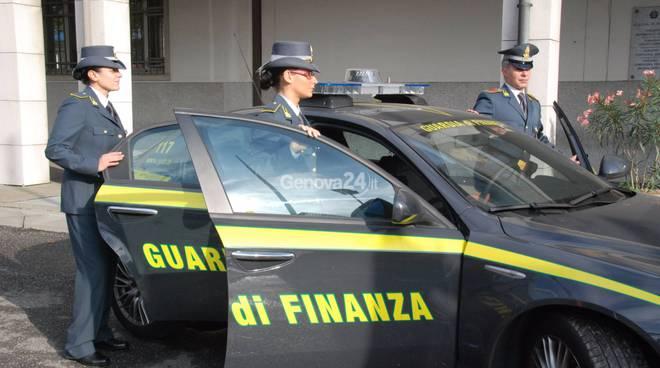 Maxi evasore sbarca dal traghetto con 120 mila euro negli stivali