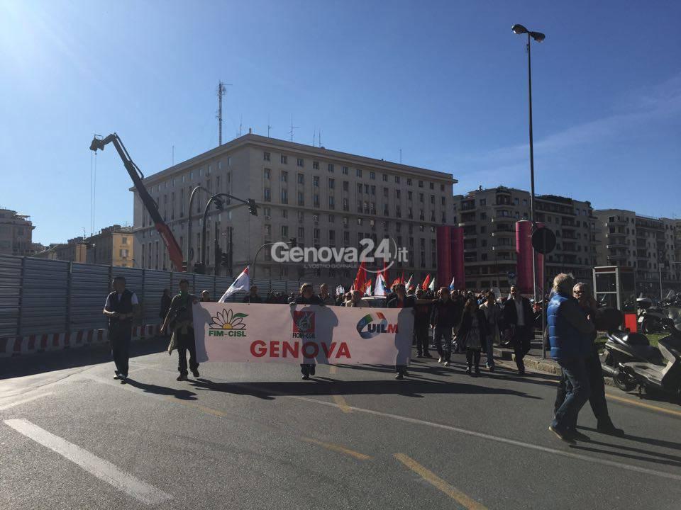 Il corteo dei metalmeccanici a Genova