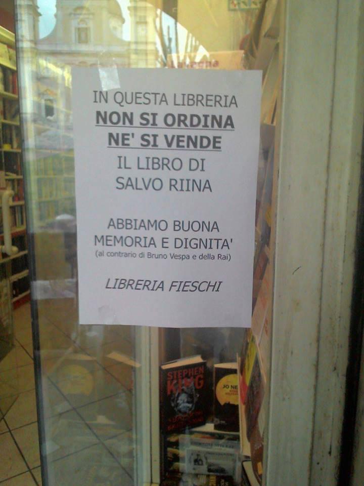 libreria fieschi lavagna libro riina (foto M5S Lavagna)