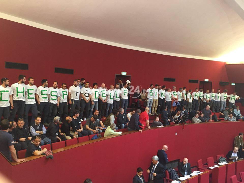 Protesta dei lavoratori di Iren in aula rossa