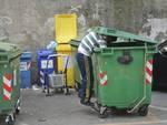 Zingari  frugano nella spazzatura e rivendono la merce ; girando con carrozzelle