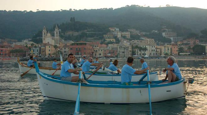 Azzurro in mare in tavola in piazza laigueglia