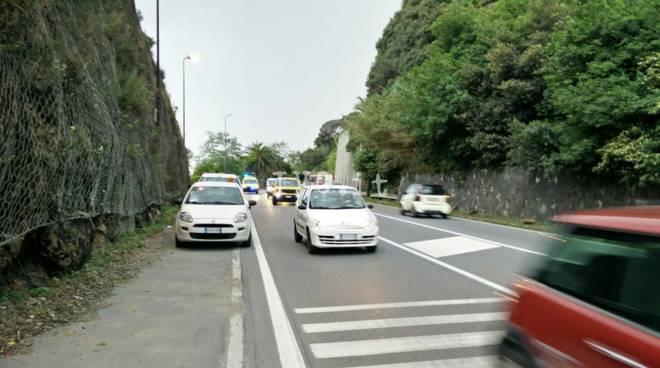 Masso cade sulla via Aurelia tra Savona e Albisola