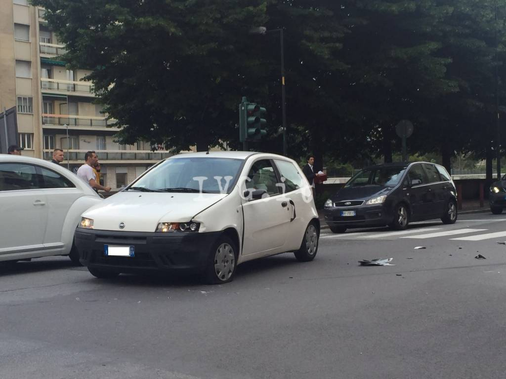 Savona, scontro tra un'auto e una moto in corso Ricci