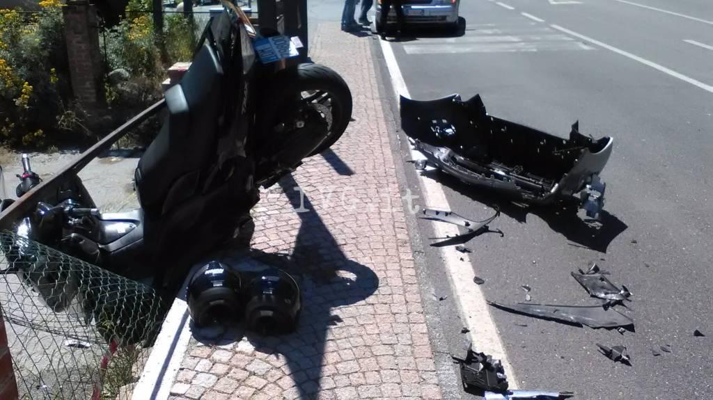 Scontro auto-moto davanti alla Piaggio a Finale