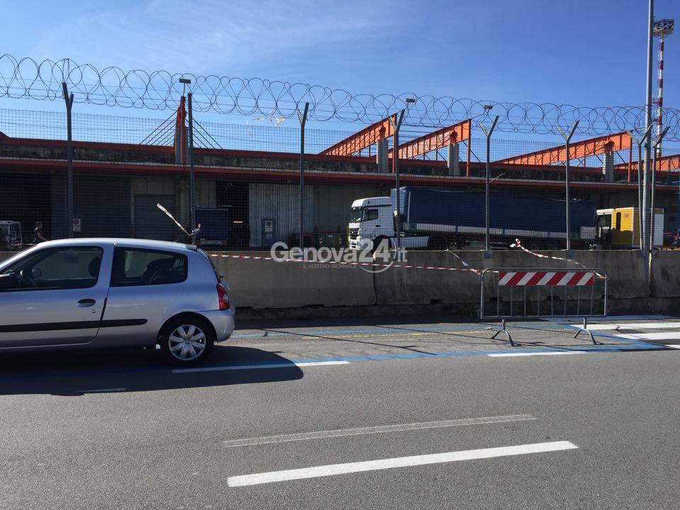 Sestri ponente, via Pionieri e Aviatori d'Italia arrivano le strisce blu: si parcheggerà a pagamento