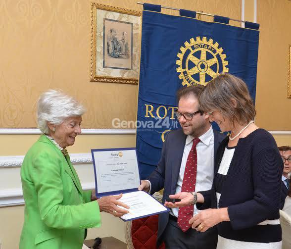 Assessore Fracassi riceve premio dal Rotary