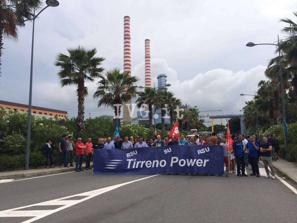 I lavoratori di Tirreno Power in presidio davanti ai cancelli