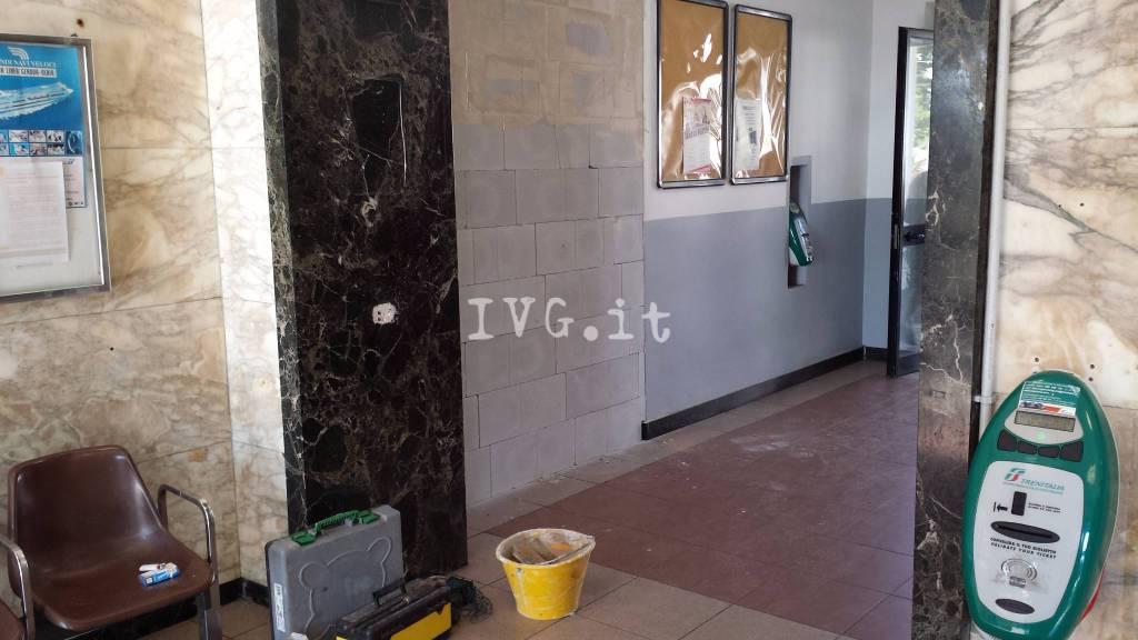 La stazione di Loano resta senza sala d'attesa