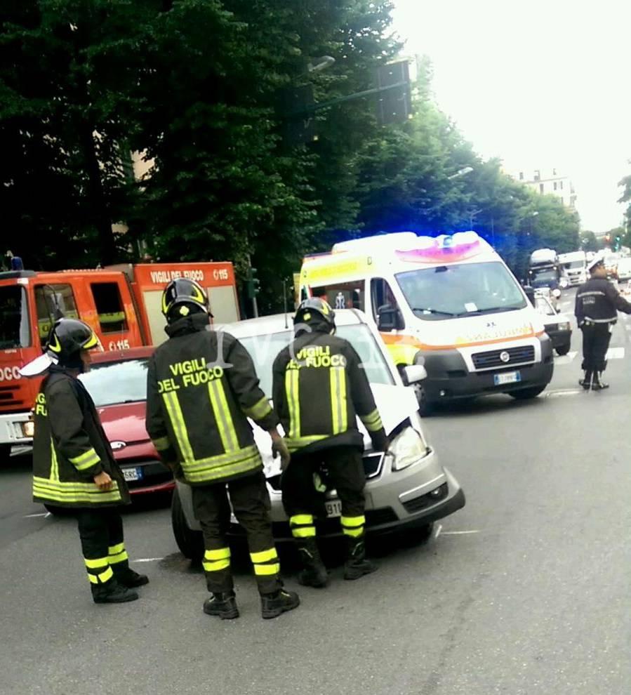 Scontro tra auto in corso Mazzini a Savona