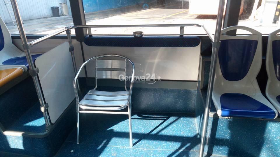 Sul bus con sedia e portacenere