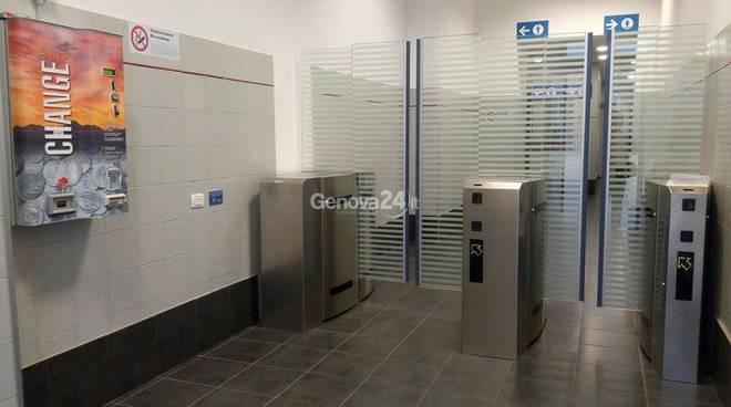 Tornelli nei bagni della stazione di Principe