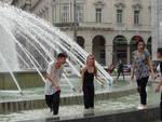 Ultimo giorno di scuola, gavettoni e bagno nella fontana